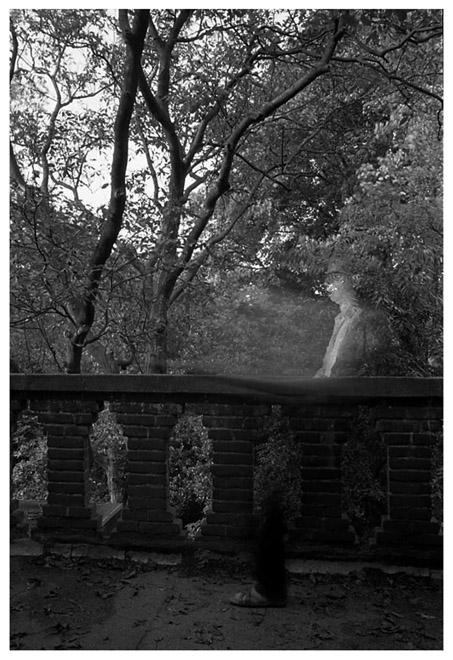 [1985]-072-14 baronielaan_balkon_zelfportret