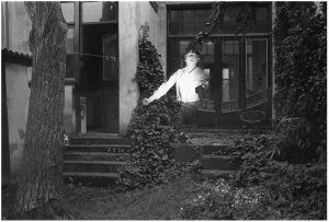 [1985]-072-24 baronielaan_beneden_zelfportret