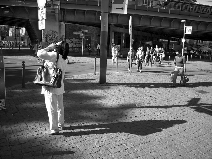 2011-7324 berlijn vrouw telefoon FOTO GUSTAVE PETIT