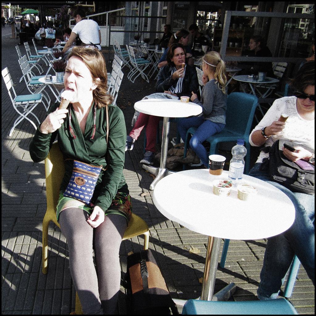 2013-1160 meisje likt Frezzo FOTO GUSTAVE PETIT