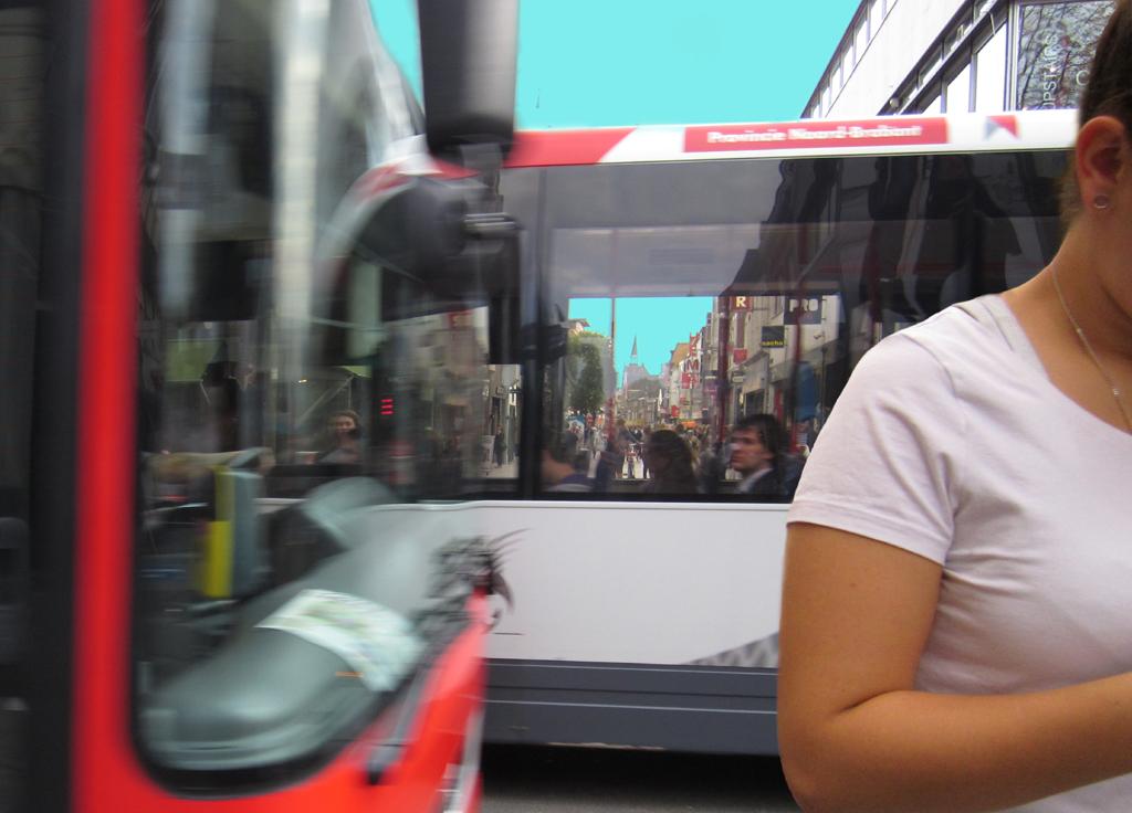 2013-1331 01 bus oversteken 1 FOTO GUSTAVE PETIT